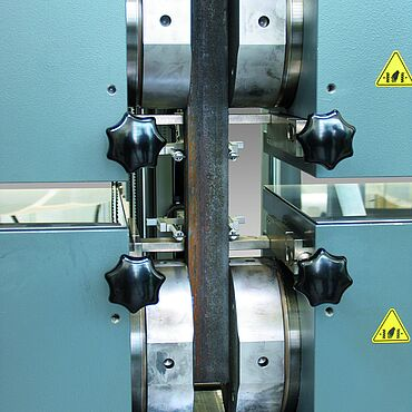 Specimen grips for tensile tests up to 2,500 kN