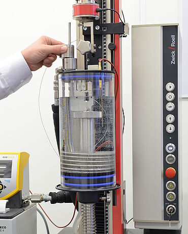 Catheter test in fluid bath on zwickiLine materials testing machine